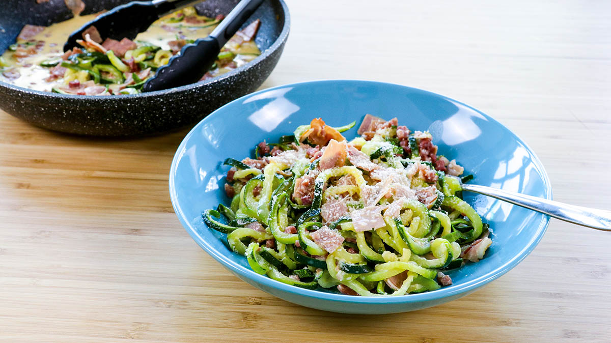 Zucchinispaghetti Low-Carb nach Carbonara-Art