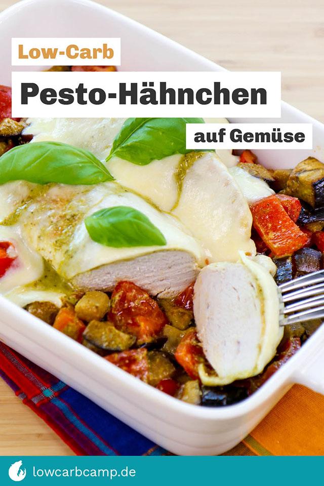 Low-Carb Pesto-Hähnchen auf Gemüse