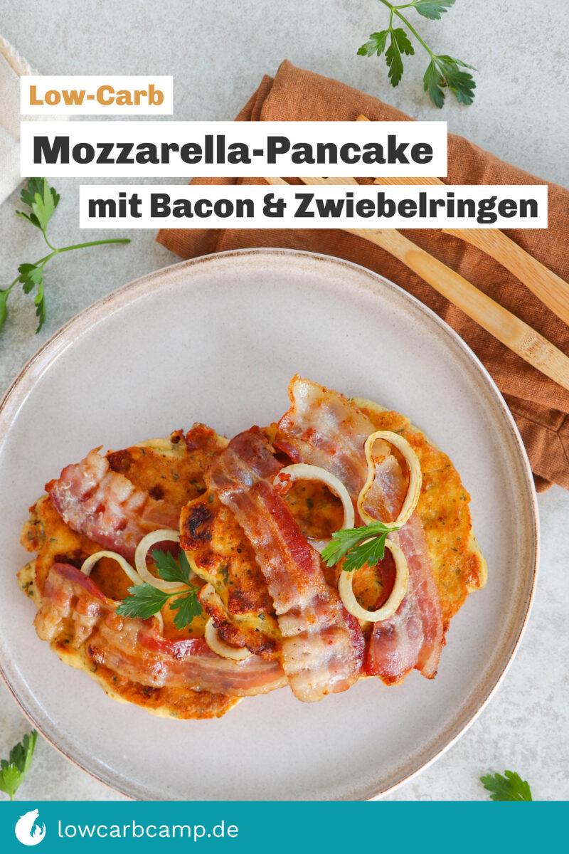 Mozzarella-Pancake mit Bacon und Zwiebelringen